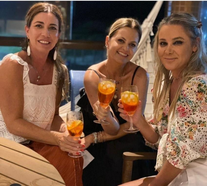 Andrea Bunn, Simone Sartor e Ana Guidi brindaram o carnaval em casa, juntas