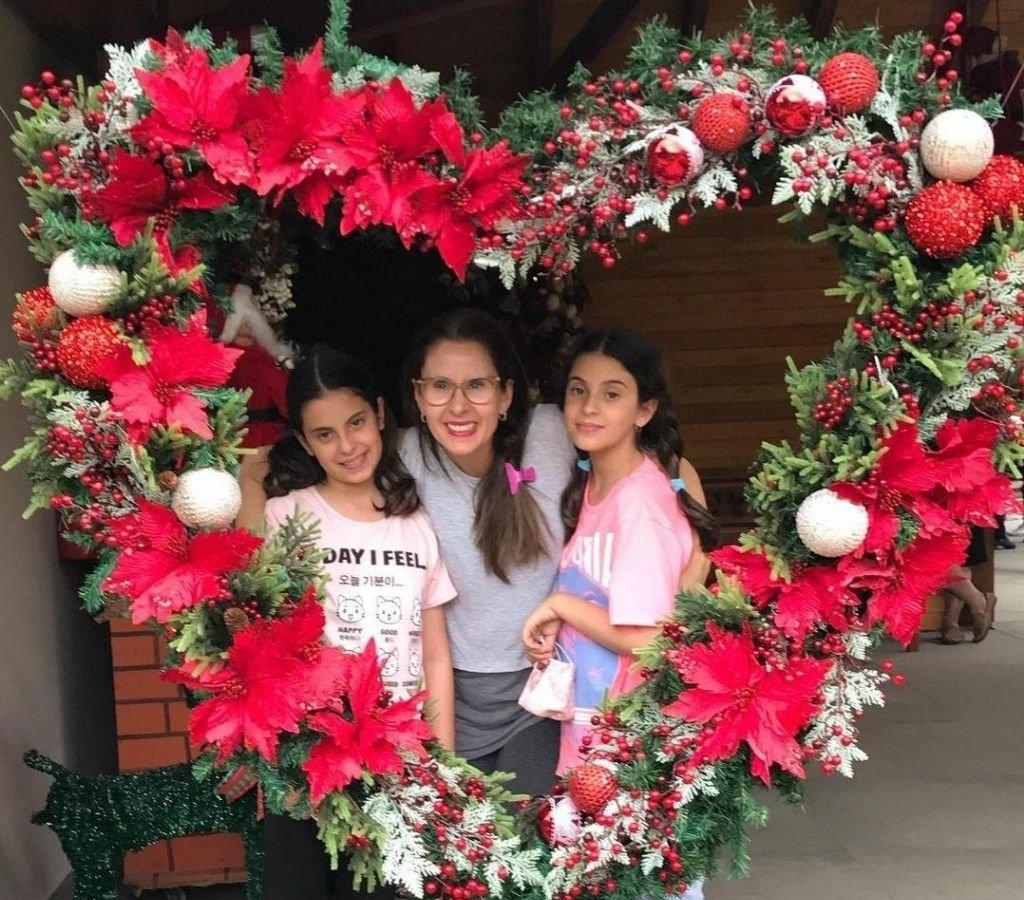 A nutricionista Gabriela Búrigo e as filhas ativaram a criatividade com uma bela guirlanda de Natal