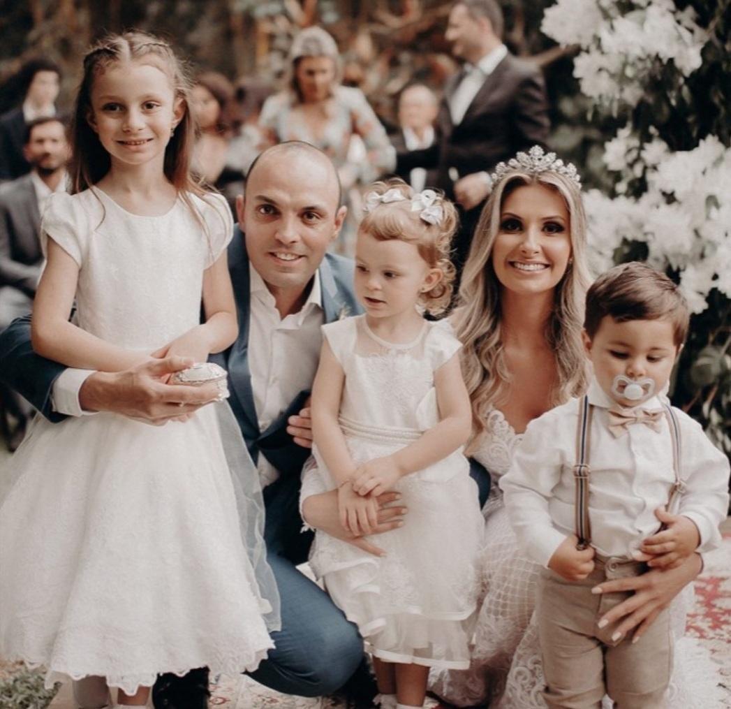 Renato Ronsoni e Cintya Comelli celebram bodas ao lado da família, em castelo britânico